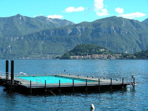 Piscine bord de l'eau Italie