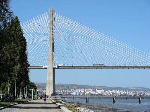 1 Lisbonne DSCN1146Aménager l'abord des Ponts aussi LXFactory