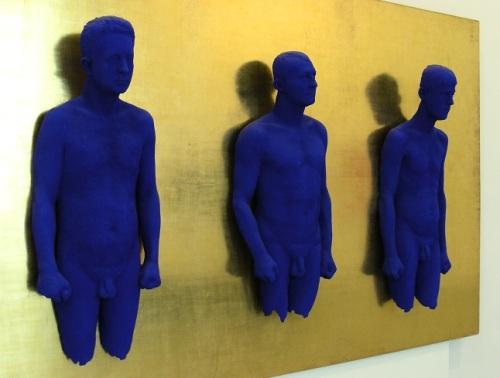 a Portrait relief de Claude Pascal, Arman et Martial Raysse, de Yves Klein